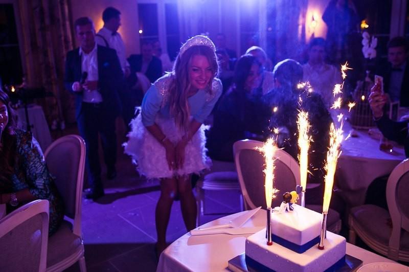 невеста и свадебный торт