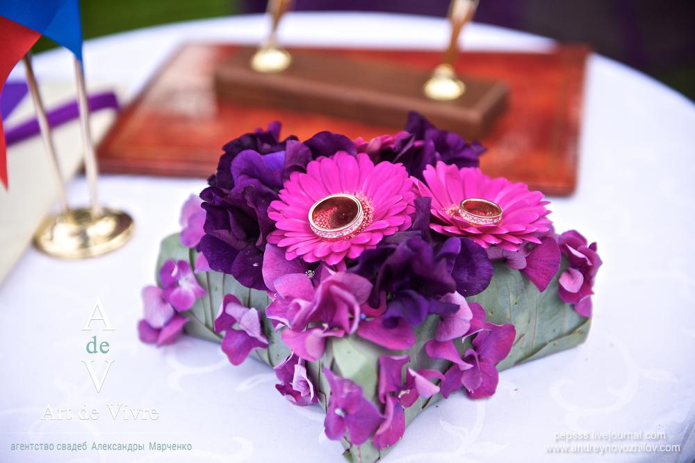 Обручальные кольца на флористической подушечке